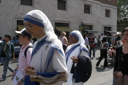 sain: Nuns walking through the streets of the Vatican, Roma, Europe.