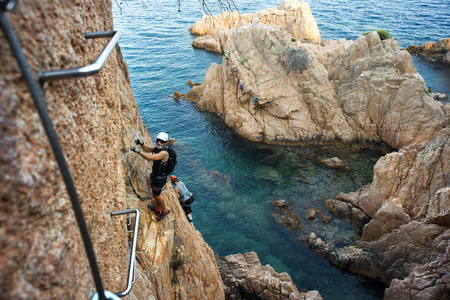 Via ferrata Cala del Modàa San Feliu de Guixols sulla costa della Costa Brava, Girona Catalogna Spagna Archivio Fotografico - 95932408