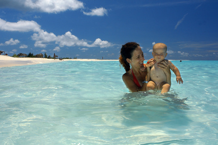 Mother with her doughter in Paradise Beach, Cayo Largo del Sur, Cuba Editorial