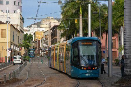 Modern tram operating between cities of La Laguna and Santa Cruz approaching Intercambiador (main station) in Santa Cruz de Tenerife Canary Islands, Spain Banque d'images