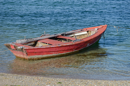 image de bateau de pêche en bois rouge amarré sur le rivage Banque d'images