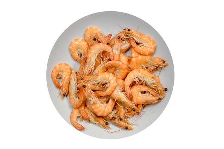 obraz talerza z gotowanymi krewetkami na białym tle