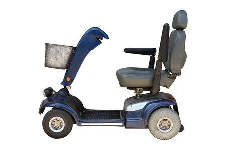 Silla de ruedas eléctrica azul con canasta aislado sobre fondo blanco. Foto de archivo