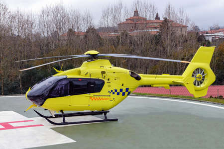 yellow medical helicopter on the runway of a hospital Banque d'images