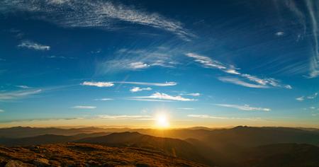Bellissimo paesaggio al tramonto dei Carpazi ucraini, Chornohora dal Monte Petros