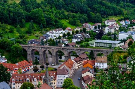 Eisenbahnviadukt in Hornberg, umgeben von Schwarzwald, Schwarzwald, Deutschland