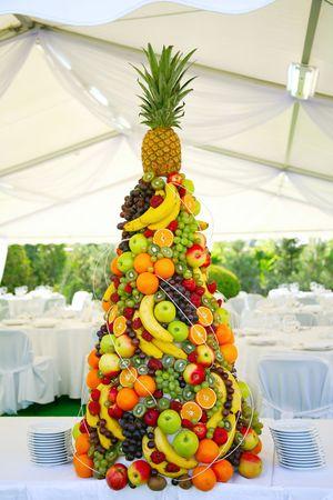 mariage mixte: Pyramide avec des fruits tropicaux sur le banquet de mariage