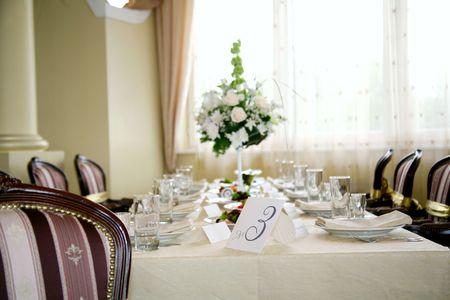 エレガントなテーブルと椅子の結婚式の宴会の設定 写真素材