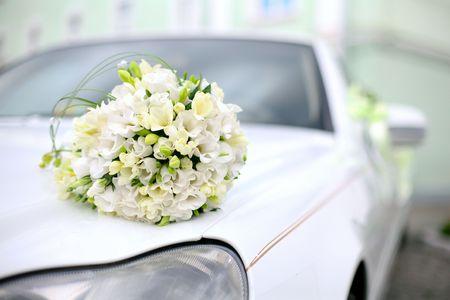 結婚式のブーケは、車にあります。結婚式の日。夏の日 写真素材