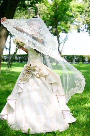 若い花嫁と一緒に遊んで公園内を散歩の花嫁