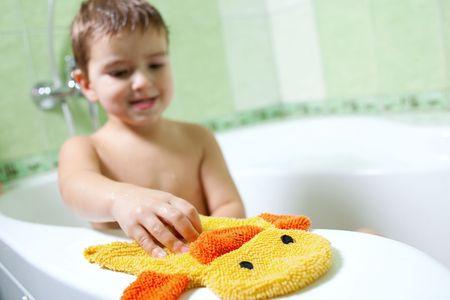 浴室には、偉大なムードと黄色いスポンジの少年