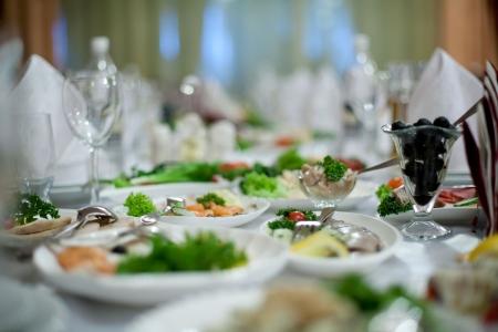 Mesas elegantes y sillas, configurado para un banquete de boda Foto de archivo