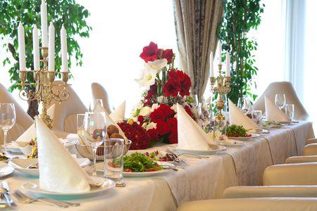 Tabellen verzameling en salade geserveerd voor een bruiloft receptie.