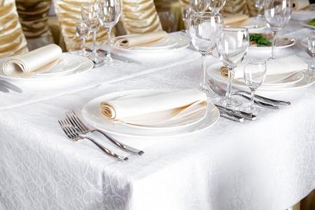 mesa para banquetes: Tabla de banquetes en el restaurante, la preparaci�n antes del banquete