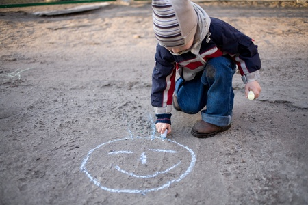 舗装設計チョークを引分少年