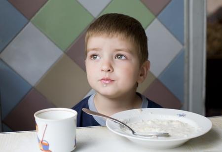 occhi sbarrati: Sogni durante il pranzo, ragazzino onesto con occhi aprire Archivio Fotografico