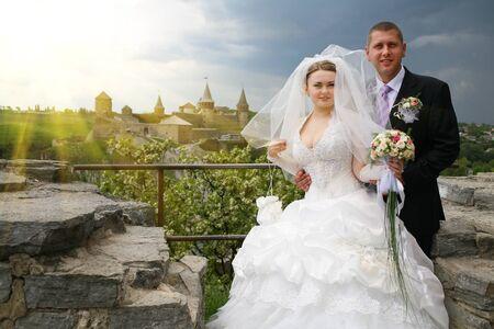 新婚夫婦の美しい古いお城、美しい春の日の背景