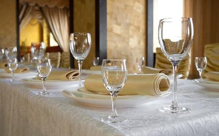 宴会テーブルで、レストランの料理