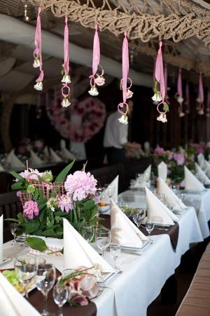 宴会テーブルで svadebn y の花束です。レストランは、お祝いにお迎え