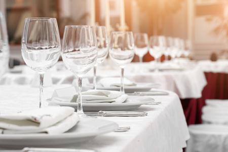 Set di tabelle e insalata servita per un ricevimento di matrimonio.  Archivio Fotografico - 36112627