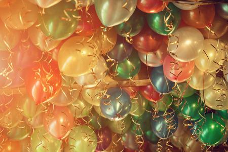globos de cumpleaños: Muchos globos de colores hermosos de aire en nuestras vacaciones