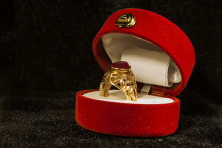 Gold ring with ruby in gift box 版權商用圖片