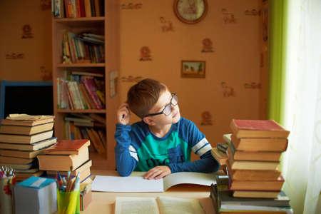교육, 어린 시절, 사람, 숙제 및 학교 개념 - 지 루 학생 소년 책 또는 교과서 집에서 읽기