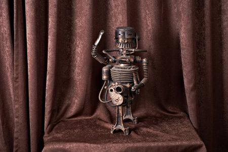 viejo robot mecánico sobre un fondo marrón