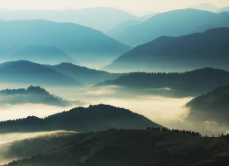 silhouetten van bergen. herfst ochtend in de Karpaten. mistige dageraad