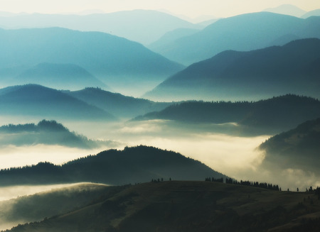sylwetki gór. jesienny poranek w Karpatach. mglisty świt Zdjęcie Seryjne