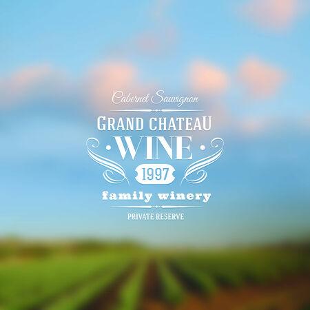 bodegas: Diseño de tipo de etiqueta de vino con un paisaje de fondo desenfocado viñedos Vectores