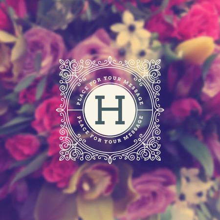 年代物: ぼけの花の背景に栄えるカリグラフィのエレガントな飾り要素を持つビンテージ モノグラムのロゴのテンプレート。カフェ、ショップ、ストア、レストラン、ブテ