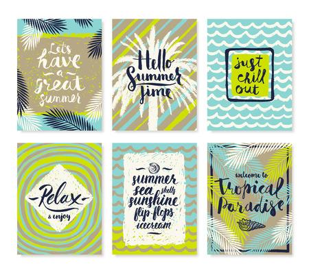 Conjunto de vacaciones de verano y tropical vacaciones carteles dibujados a mano o tarjeta de felicitación con citas de caligrafía a mano, la frase y las palabras. Ilustración del vector.
