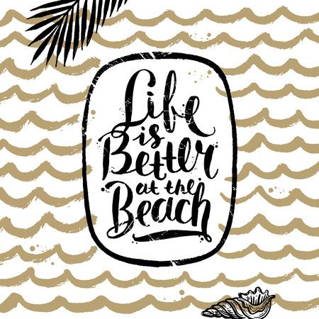 Het leven is beter op het strand - zomer handgetekend kalligrafie lettertype ontwerp. Vector illustratie.