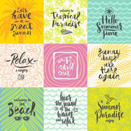 Conjunto de vacaciones de verano y tropical vacaciones carteles dibujados a mano o tarjeta de felicitación con citas de caligrafía a mano, la frase y las palabras. ilustración vectorial