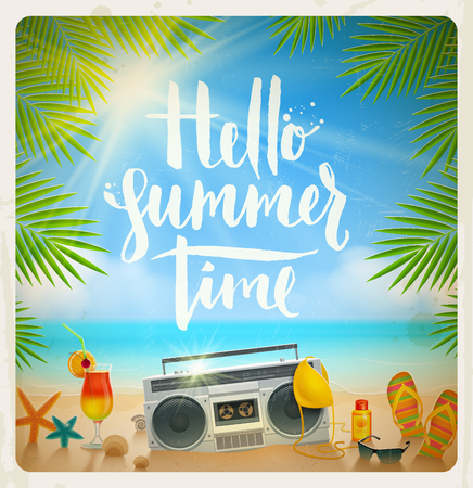 Hallo Sommerzeit - Hand gezeichnet Kalligraphie. Sommerferien und Strandurlaub Vektor-Illustration. Strand Elemente am Ufer des tropischen Meeres.