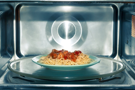 Spaghetti with tomato-meat sauce in microwave oven