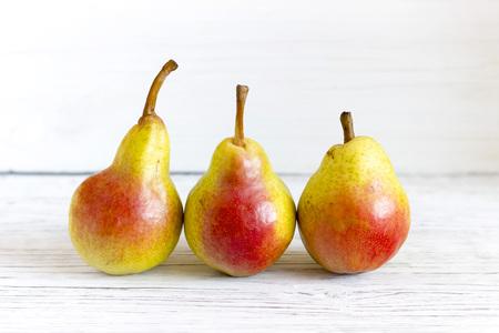 fresh pears on wooden background Foto de archivo