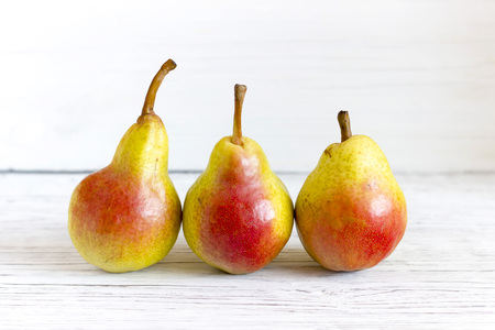 fresh pears on wooden background Stockfoto