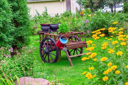 Hermoso jardín con decoraciones. Cuidado del jardín