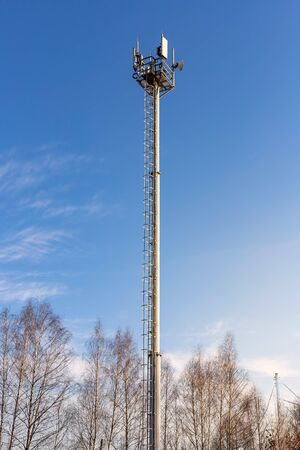 Communications tower with antennas against blue sky 版權商用圖片