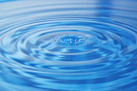 circulos concentricos: Círculos después de la caída de una gota en el agua Foto de archivo