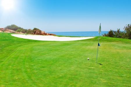 Golf groene veld op de achtergrond van de zee In de zomer in Portugal Stockfoto