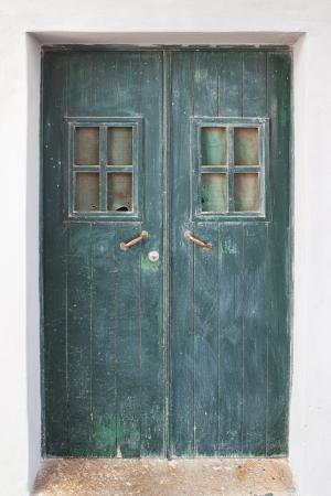 puerta verde: Antigua puerta verde en las calles de Portugal