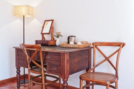 arredamento classico: Tavolo antico con un set di tazze, teiera, vaso e specchio