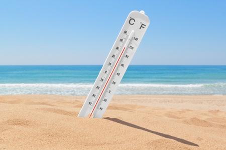 term�metro: Un term�metro en la playa cerca del mar, para comprobar la temperatura.