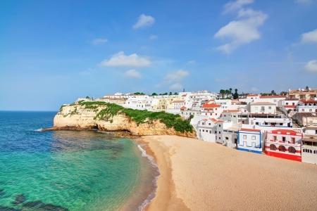 포르투갈어 빌라 맑고 푸른 바다와 Carvoeiro 해변에서. 여름에는 최고 볼 수 있습니다. 스톡 콘텐츠