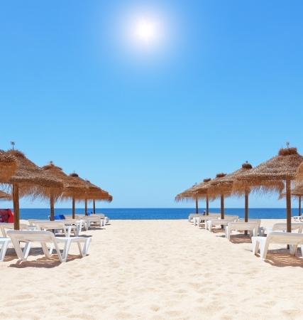 strandstoel: Prachtige zomerse dag op het strand in de buurt van de zee