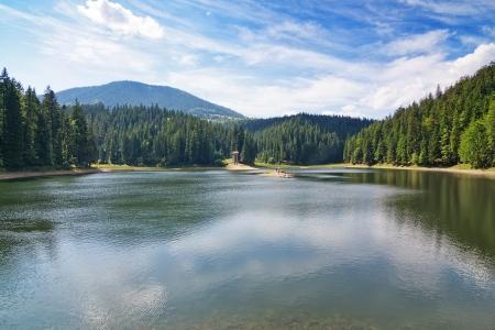 superficie: Lago hist�rico en las monta�as C�rpatos, el terreno Sinevir Ucrania