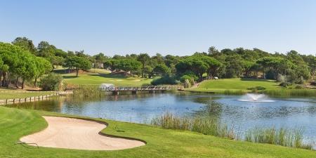 bandera de portugal: Parque deportivo de golf en Portugal. Cerca del lago y la fuente.